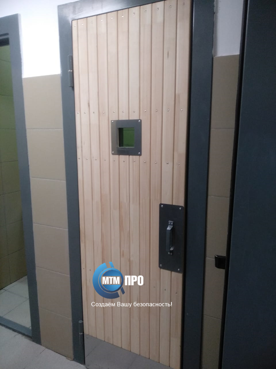 Дверь в туалет подсудимых 2+