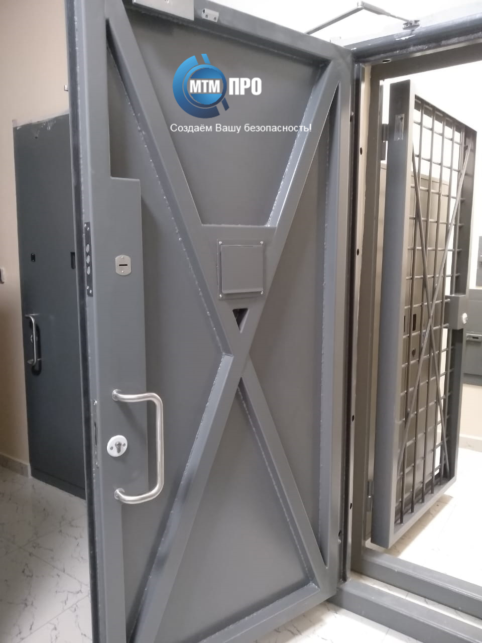 Дверь в комнату хранения оружия+