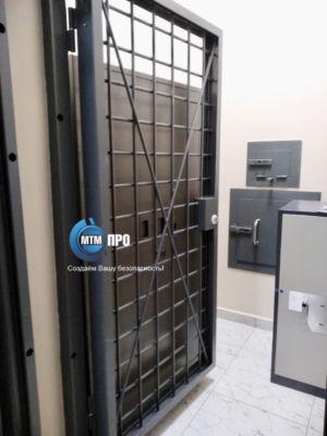 Дверь в комнату хранения оружия суд