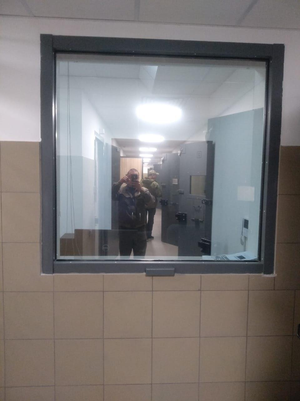 Окно в помещение дежурного конвойного наряда