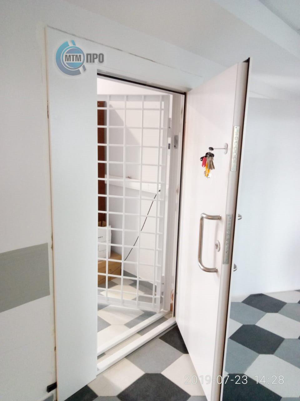 Дверь стальная серии «ФАРМА+» в комплекте с дверью решетчатой серии «ФАРМА»